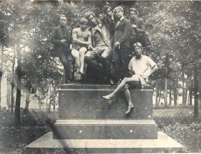 """Однажды ранним летним утром 1924 года я разбудил фотографа, приволок его в Лицейский сад, пока там еще никого не было, сел рядом с Пушкиным на скамейку, обнял поэта за плечо и задорно сказал: """"Снимай меня с Сашей. Мы — друзья"""". Эта забавная встреча меня и господина Пушкина была запечатлена фотографом, но вот только сама фотокарточка, увы, не сохранилась.  Зато сохранилась другая. Тем же летом компания интеллигентных хулиганов (угадайте, кто там был) забралась на памятник Пушкину, чтобы сфотографироваться. В их числе были я, мой друг и поэт Вольф Эрлих (между Пушкиным и мной), а также несколько студентов сельскохозяйственного института. И конечно же по одежде студентов ясно, что парни с разных факультетов."""