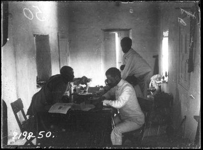 «Быстро прошли эти три дня в Джибути. Вечером прогулки, днем валянье на берегу моря с тщетными попытками поймать хоть одного краба, они бегают удивительно быстро, боком, и при малейшей тревоге забиваются в норы, утром работа. По утрам ко мне в гостиницу приходили сомалийцы племени Исса, и я записывал их песни». (Николай Гумилев записывает галасские песни со слов галласа певца (стоит переводчик)