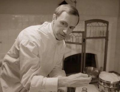 Доктор Борменталь изучает яичники в чашке пэтри